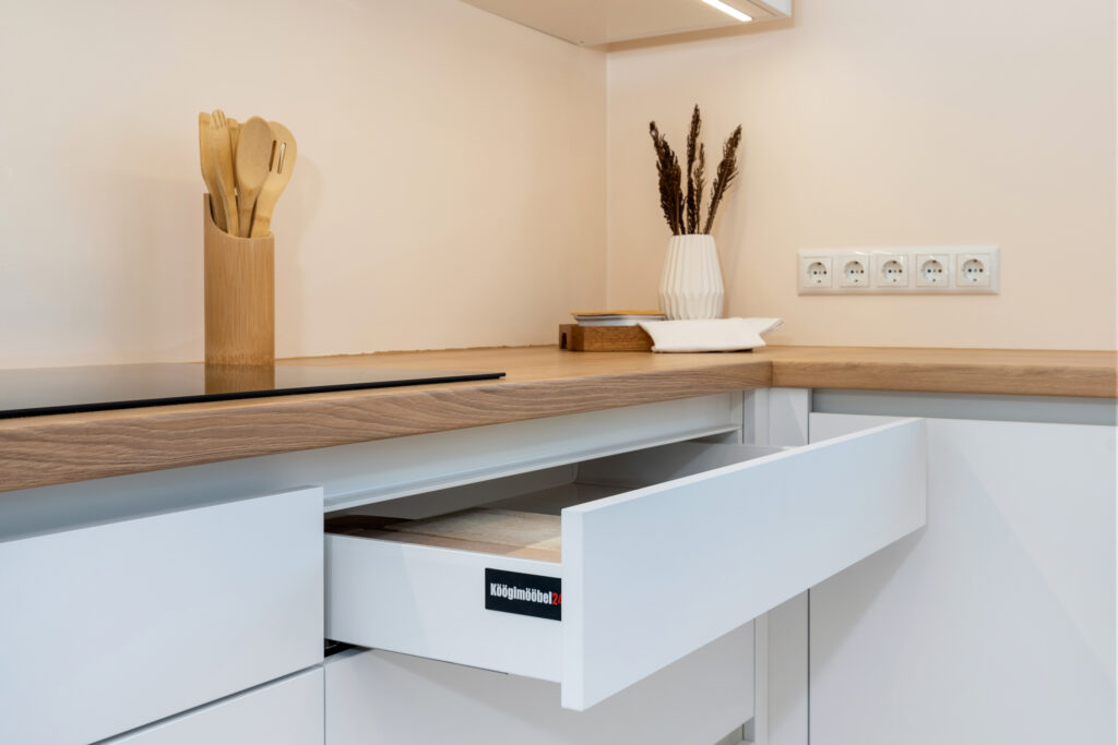 Avar valgusküllane köök 3 - köögimööbel24