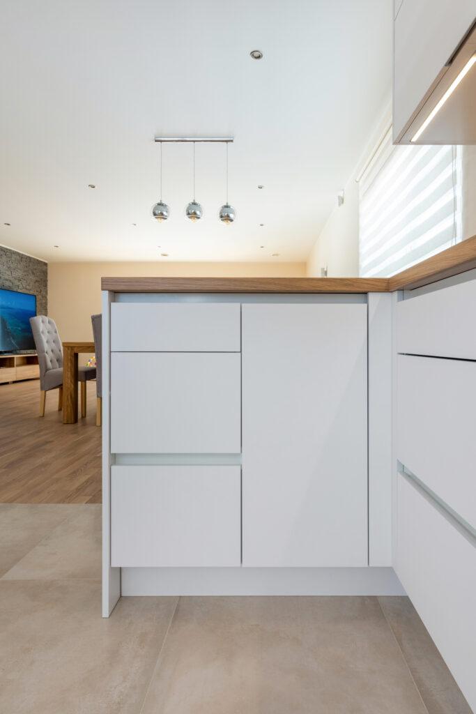 Avar valgusküllane köök 4 - köögimööbel24