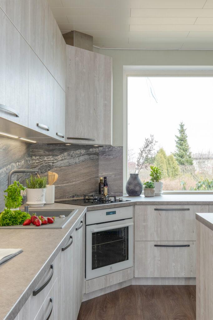 Puidumustriga köök -1 - köögimööbel24