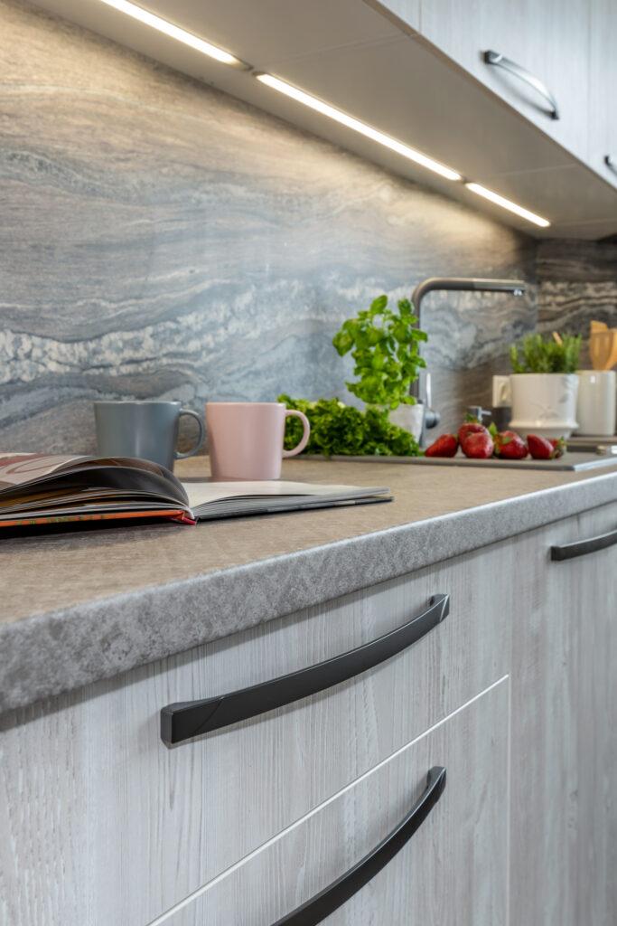 Puidumustriga köök -4 - köögimööbel24